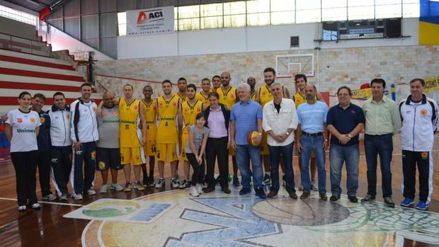 Equipe do São José Basquete com o prefeito Carlinhos Almeida e representantes da OS (Foto: Danilo Sardinha/Globoesporte.com)