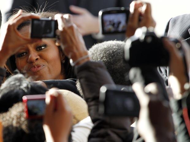 Foto de Michelle Obama é disputada em passagem por Charlotte, na Carolina do Norte (Foto: AP Photo/Bob Leverone)