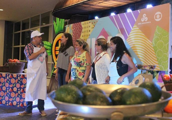 Mulherada teve que adivinhar o peso de frutas e legumes durante brincadeira (Foto: Katiúscia Monteiro/ Rede Amazônica)