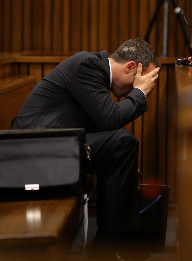 Momento em que Pistorius passa mal durante julgamento no caso da morte de sua namorada (Foto: Siphiwe Sibeko/Pool/Reuters)