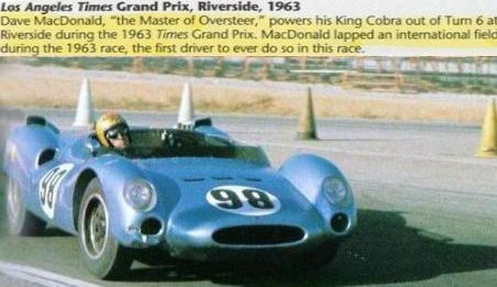 Dave MacDonald em Riverside com o King Cobra durante o GP, em 1963. (Foto: Reprodução)