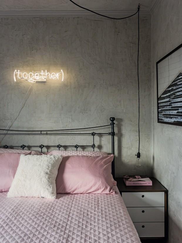 O tubo de néon instalado no quarto traz luz fria branca para combinar com o cimento queimado que reveste as paredes. Projeto do Studio Boscardin.Corsi (Foto: Eduardo Macarios / Divulgação)