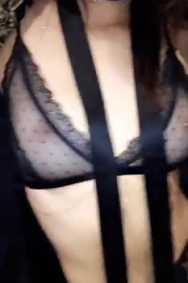 Mamilo de Kendall Jenner fica em evidência no look escolhido para celebrar o aniversário da amiga Gigi Hadid (Foto: Snapchat/Reprodução)