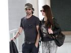 Alinne Moraes troca carinhos com namorado em aeroporto do Rio