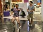 Sérgio Mallandro brinca com paparazzo e vendedor em shopping