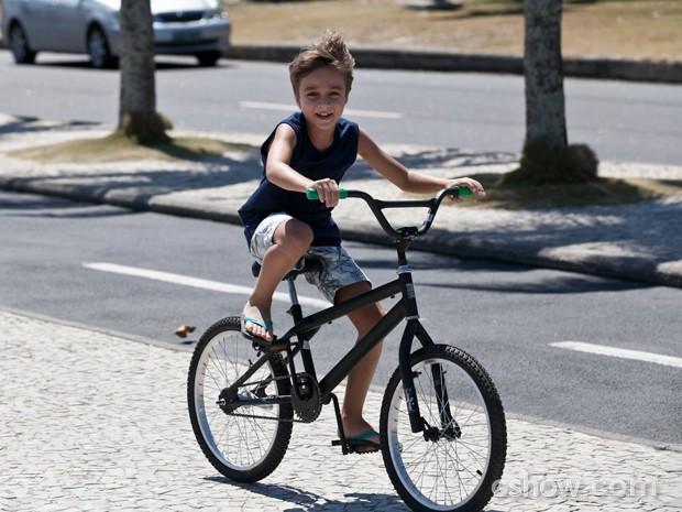 Ivan andando de bicicleta em passeio na praia (Foto: Inácio Moraes / TV Globo)