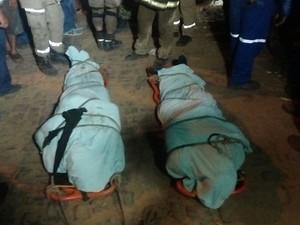Corpos das duas vítimas do acidente entre metrô e trem em Teresina  (Foto: Ellyo Teixeira/G1)