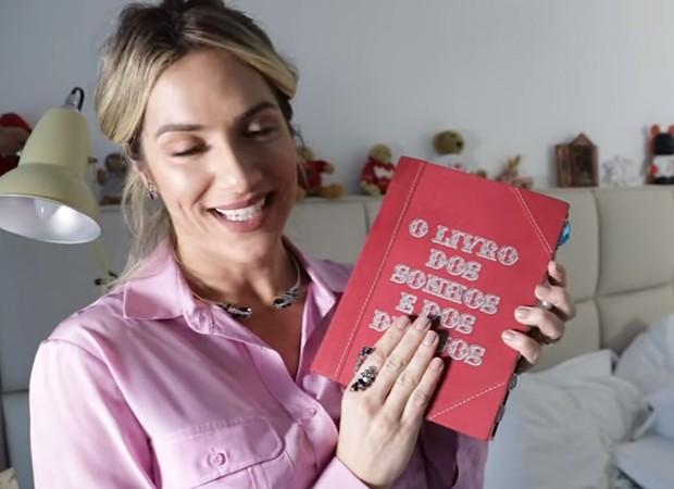Giovanna e Bruno mantém livro com registros do romance (Foto: Reprodução/Youtube)