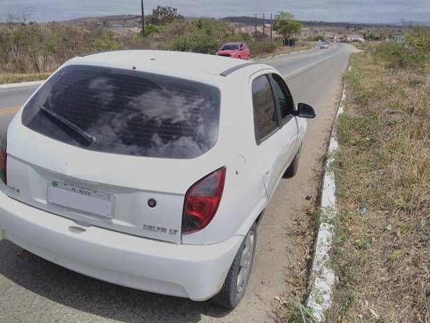 Carro roubado foi apreendido com os irmãos na BR-104 em Caruaru (Foto: Divulgação/PRF)
