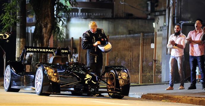 Mika Hakkinen em filmagem nas ruas de São Paulo (Foto: Marcos Ribolli)