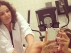 Em dia de beleza, Adriane Galisteu faz drenagem linfática