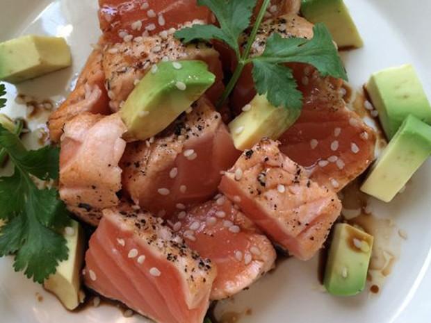 Salmão e abacate são alguns dos alimentos que podem ajudar a aumentar o colesterol bom, ou HDL, no organismo (Foto: Nancy Harmon Jenkins/Reuters)