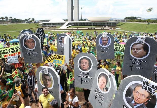 Movimentos sociais fazem manifestação em apoio à Lava Jato, pelo fim do foro privilegiado, contra o voto em lista fechada e contra o aumento do Fundo Partidário (Foto: Antonio Cruz/Agência Brasil)