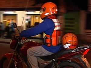 O mototaxista Francisco de Oliveira encerra expediente às 19h (Foto: TV Integração/Reprodução)