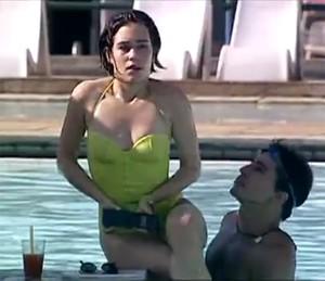 """Paula e seu celular """"tijolão"""" (Foto: TV Globo)"""