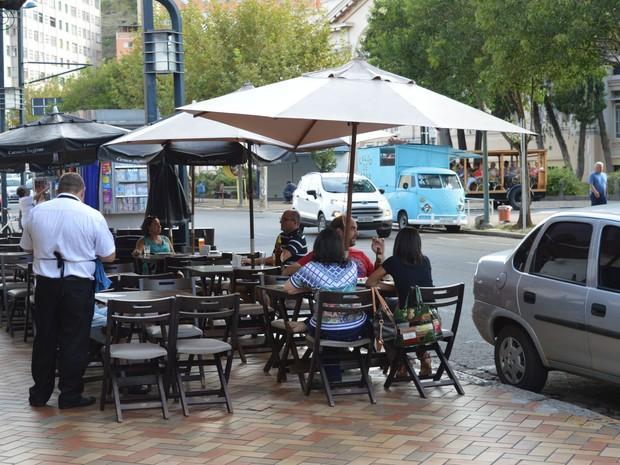 Bares e restaurantes com cadeiras na calçada são fiscalizados em Poços de Caldas (Foto: Divulgação/Prefeitura Municipal de Poços de Caldas)