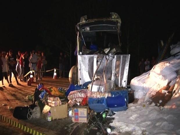 Acidente entre ônibus e caminhão deixa ao menos 5 mortos e 22 feridos, em Cristalina, Goiás (Foto: Reprodução/TV Anhanguera)