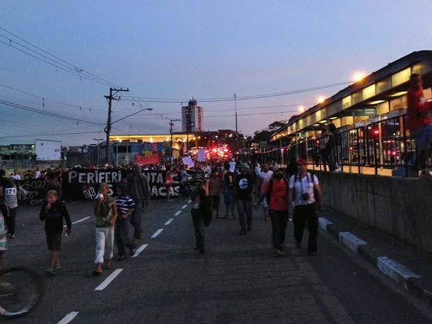 Manifestantes passam pelo Terminal Rio Bonito, na Avenida Teotônio Vilela (Foto: Marcelo Mora/G1)
