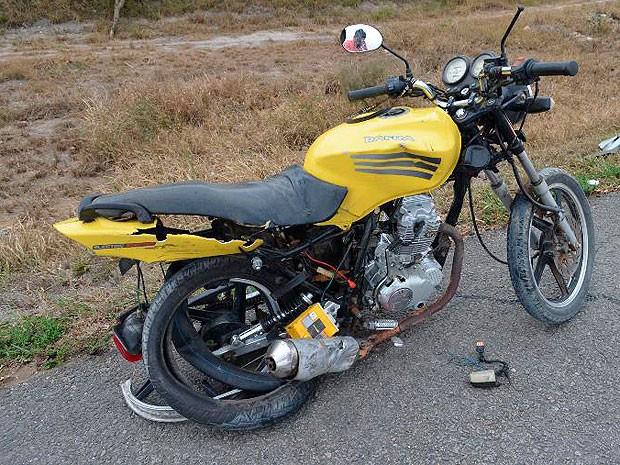 Moto ficou destruída após colisão com carro, na BR-116. (Foto: Adelson Meira / Portal Poções)