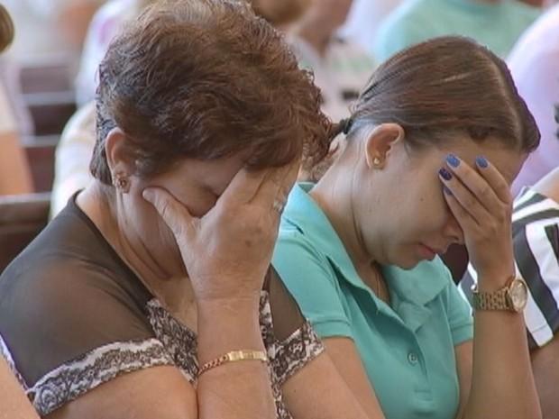 Em Bauru, fiéis participaram de orações na igreja católica  (Foto: Reprodução / TV TEM)