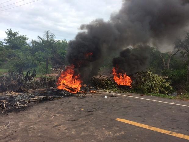 Moradores bloqueiam MA-203 em protesto na Raposa (Foto:  Jorge Aragão/Rádio Mirante AM)