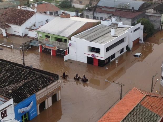 Moradores usam cavalos para encarar a enchente em Itaqui, RS (Foto: Estêvão Pires/G1)