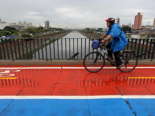 Ciclista passa por ciclovia na ponte da Casa Verde, na zona norte de São Paulo. Faixa exclusiva para bicicletas é a primeira sobre pontes na cidade  (Foto: Hélvio Romero/Estadão Conteúdo)
