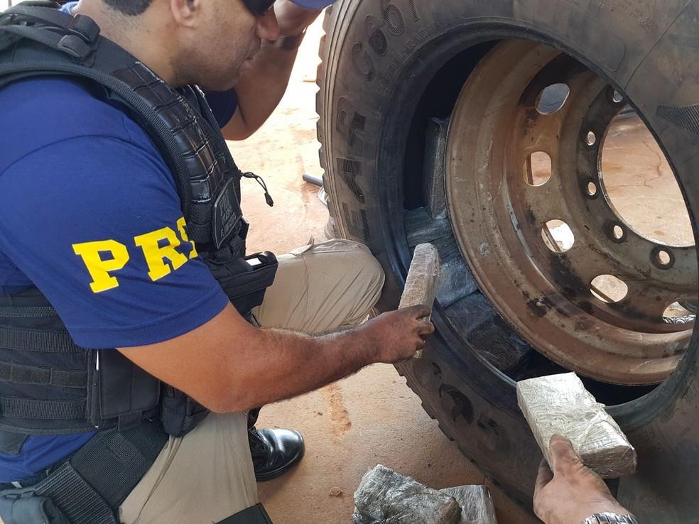Tabletes de maconha apreendidos no Paraná estavam escondidos em pneus de caminhão (Foto: Divulgação/Polícia Rodoviária Federal)