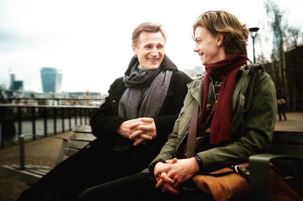 Liam Neeson e Thomas Brodie-Sangster nas filmagens da continuação de 'Simplesmente Amor' (Foto: Instagram)