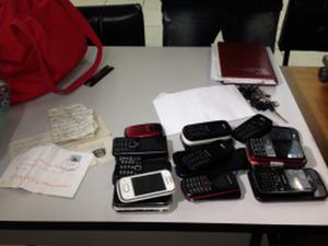 Foram apreendidos celulares, dinheiro e anotações (Foto: Pamela Cadamuro/Tribuna Araraquara)