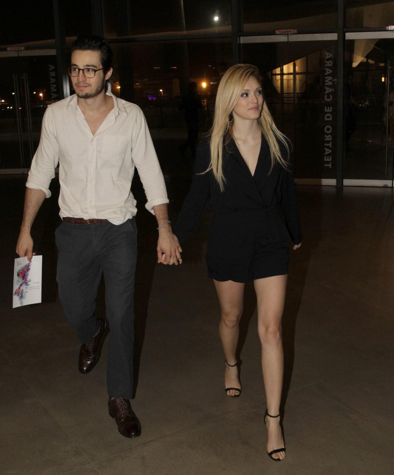 Ao lado do namorado, Isabelle Drummond deixa as pernas de fora em evento