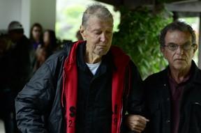 Luiz Floriano Meneghel, pai de Xuxa, no velório de Cirano Meneghel (Foto: Roberto Teixeira / EGO)