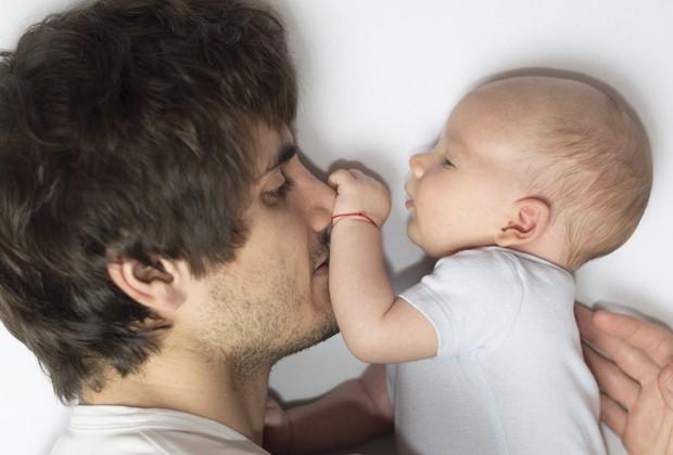 Pai e bebê: quem disse que o cuidado é só responsabilidade da mãe? (Foto: Thinkstock)