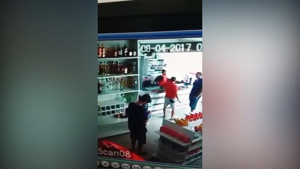 Câmera de segurança do posto de combustível onde ocorreu o crime gravou o momento em que o suspeito saia da conveniência (Foto: Polícia Civil/Reprodução)