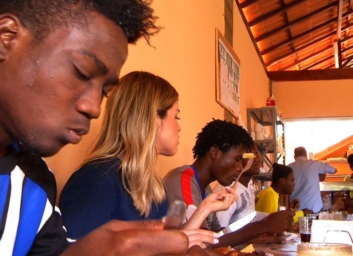 Diana Sabadini acompanhou um pouco da rotina dos haitianos  (Foto: Reprodução/ Plugue)