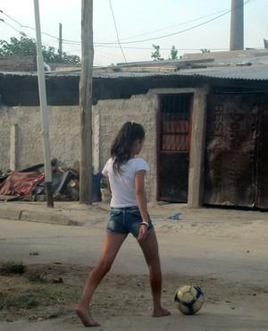 Menina jogando bola Villa Luján especial Centurion (Foto: Marcelo Prado)