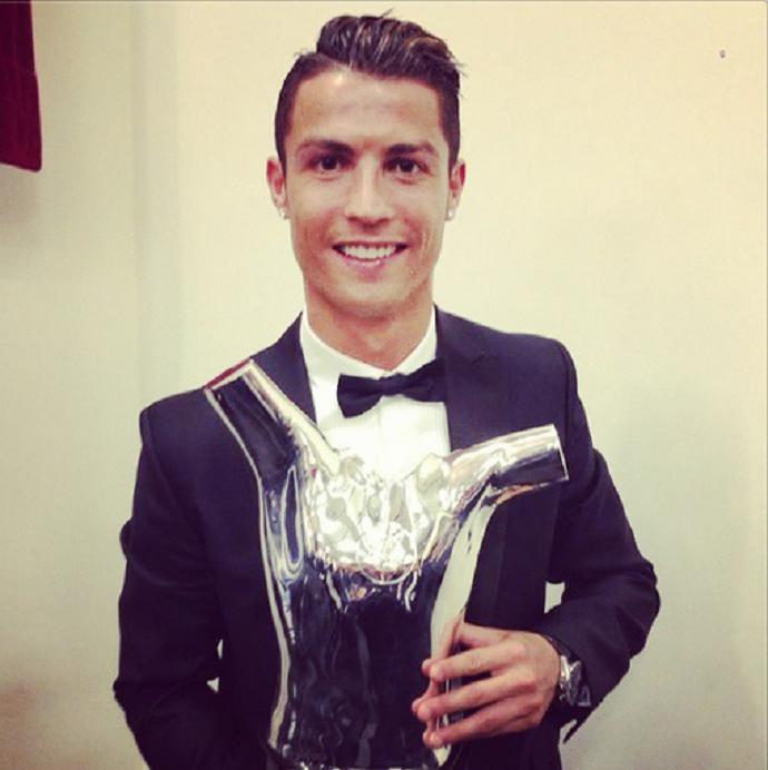 Cristiano Ronaldo posa com troféu da Europa (Foto: Reprodução / Instagram)