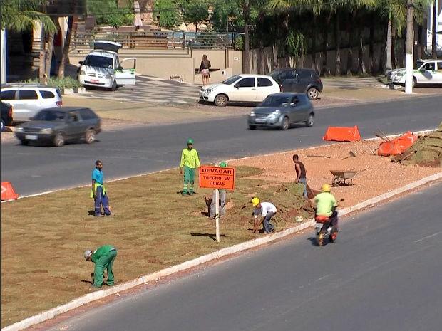 Grama volta a ser plantada em avenida para embelezar a cidade devido Mundial (Foto: Reprodução/TVCA)