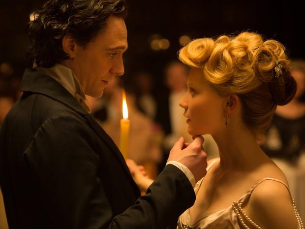 Mia Wasikowska e Tom Hiddleston em 'A colina escarlate' (Foto: Divulgação)
