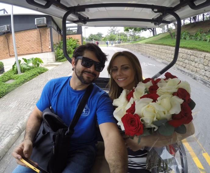 Viviane Araújo e Marcelo Grangeiro no carrinho do Projac (Foto: Arquivo Pessoal)