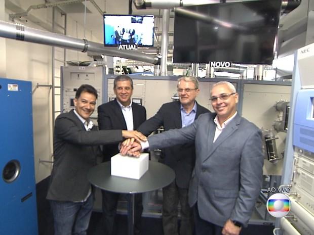 Diretores da TV Globo Raimundo Barros e Marcelo Matte inauguram novos transmissor e antena da TV Globo Minas ao lado dos prefeitos Carlin Moura, de Contagem, e Marcio Lacerda, de Belo Horizonte (Foto: Reprodução/TV Globo)