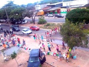 Mulheres de apenados se revoltaram em não poder entregar alimentos  e produtos de higiene para os presos no Presídio Raimundo Nonato; em protesto, elas fecharam a Av. Itapetinga, na zona Norte de Natal    (Foto: Divulgação/Polícia Militar do RN)