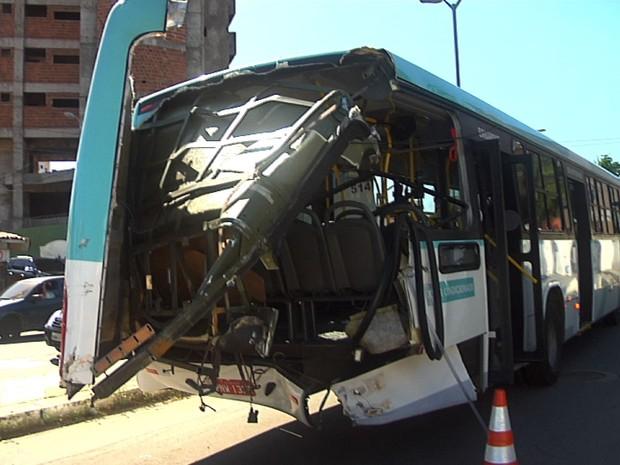 c7068acca2377 G1 - Ônibus tenta cruzar trilho e é atingido por trem em Fortaleza ...