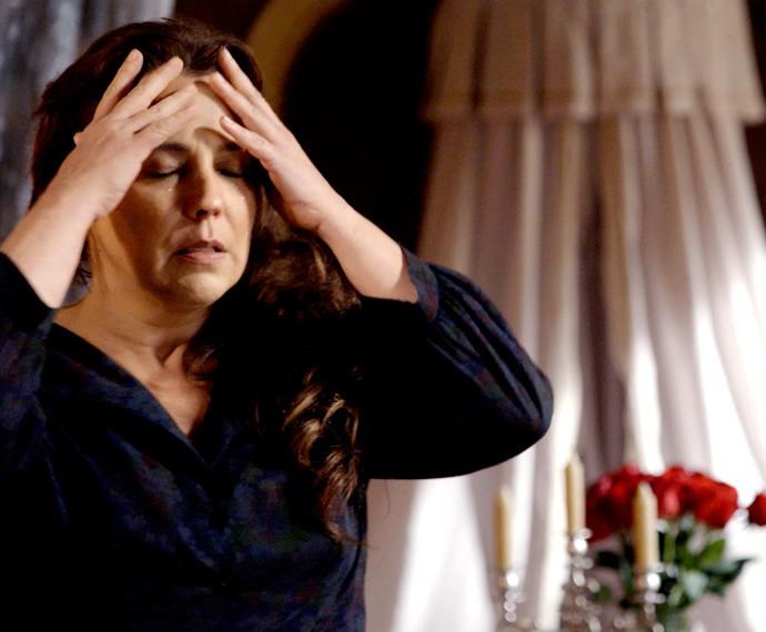 Emília se desespera (Foto: TV Globo)