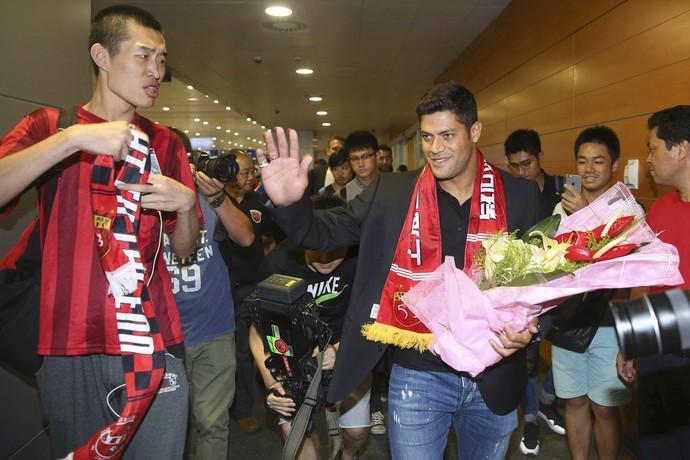 Hulk chega a China Shanghai SIPG (Foto: AP)