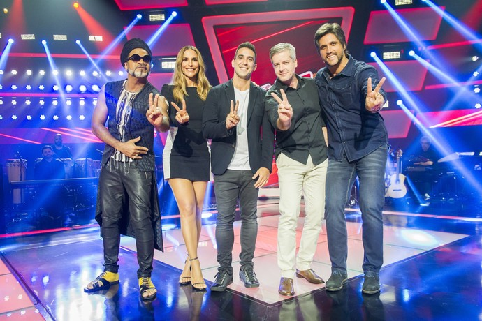 Carlinhos Brow, Ivete Sangalo, André Marques e a dupla Victor & Léo no palco do 'The Voice Kids' (Foto: Globo/João Miguel Jr.)