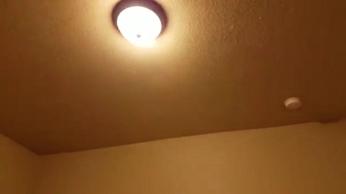 O quarto com as luzes acesas (Foto: Reprodução/Twitter)