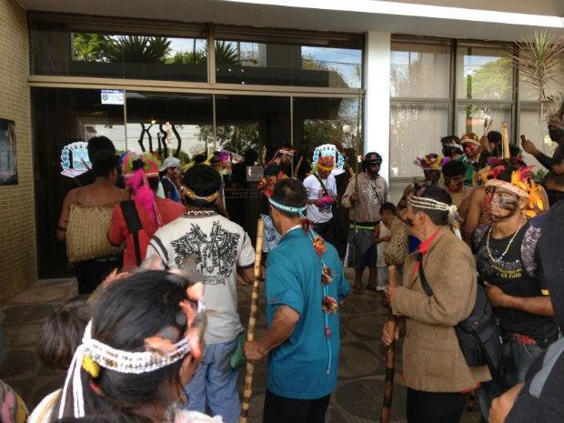 índios pararam em frente da prefeitura para protestar (Foto: Marcos Machado/RPCTV)