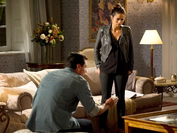 O capitão pede que a amada coloque as cartas na mesa (Foto: Salve Jorge/TV Globo)