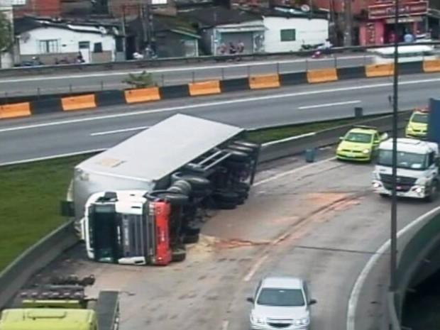 Caminhão tombou no viaduto da Alemoa, em Santos (Foto: Reprodução / Ecovias)